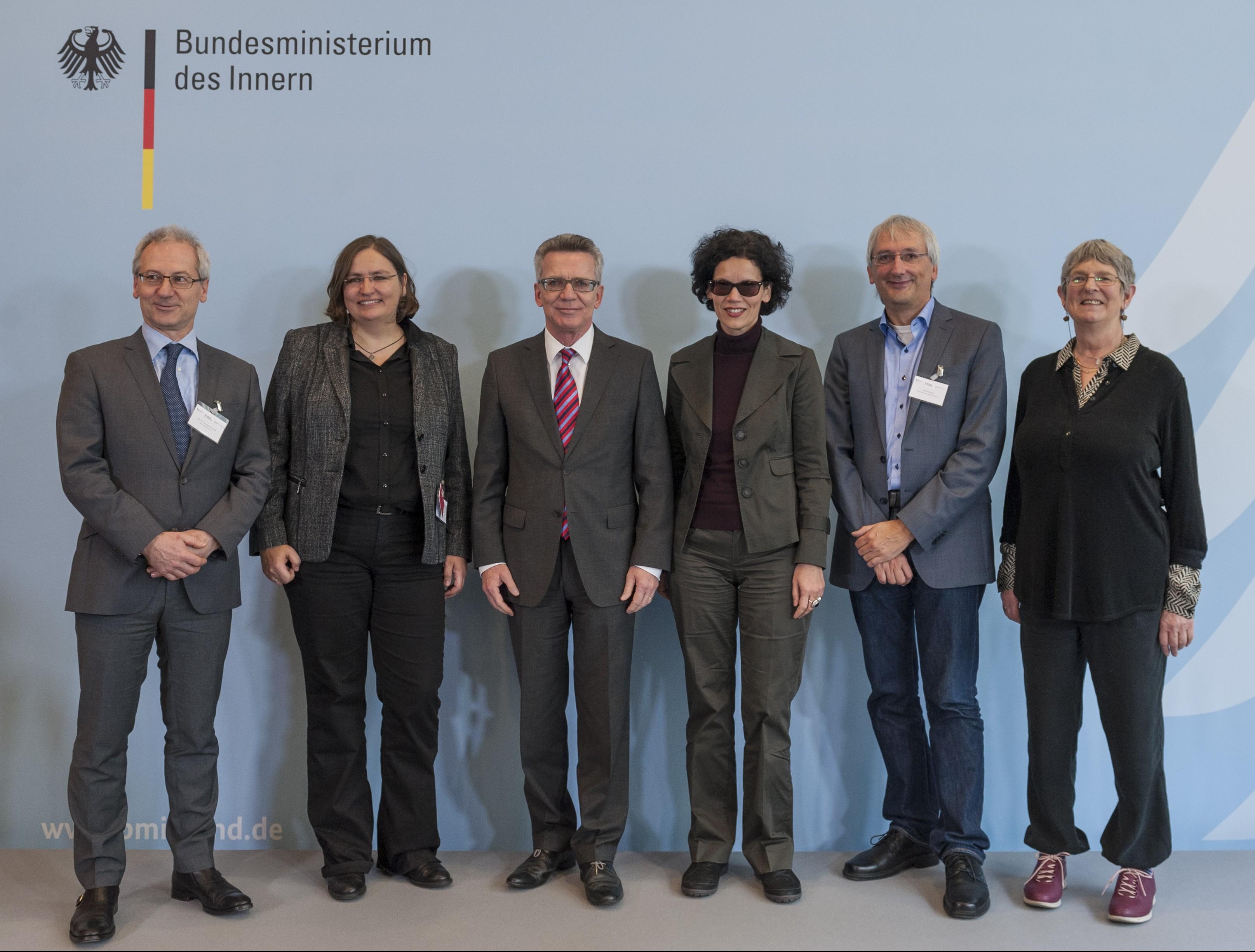 Bundesinnenminister Thomas de Maizière mit dem wissenschaftlichen Beirat bei der Fachtagung im BMI